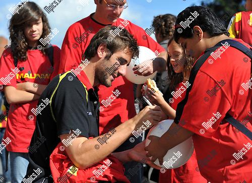 2010-09-04 / Voetbal / seizoen 2010-2011 / Fandag KV Mechelen / Maxime Biset meekt enkele fans gelukkig..Foto: Mpics