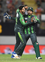 Umar Amin and Sarfraz Ahmed celebrate the wicket of de Grandhomme. Pakistan tour of New Zealand. T20 Series.2nd Twenty20 international cricket match, Eden Park, Auckland, New Zealand. Thursday 25 January 2018. © Copyright Photo: Andrew Cornaga / www.Photosport.nz
