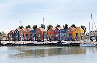 Nederland Stavoren. 2017 .  Kleurige huizen aan de haven van Stavoren.  Foto Berlinda van Dam / Hollandse Hoogte