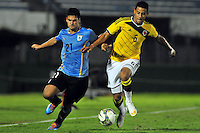MONTEVIDEO - URUGUAY - 04-02-2015: Andres Tello (Der.) jugador de Colombia, disputa el balón con Guillermo Cotugno (Izq.) jugador de Uruguay, durante partido del Sudamericano Sub 20 entre los seleccionados de Colombia y Uruguay en el estadio Parque Central de la ciudad de Montevideo. / Andres Tello (R) player of Colombia, fights for the ball with Guillermo Cotugno (L) player of Paraguay, during the match for the Sudamericano U 20 between the teams of Colombia and Uruguay  in the Parque Central stadium in Montevideo city,  Photo: Andres Gomensoro  / Photosport / VizzorImage.