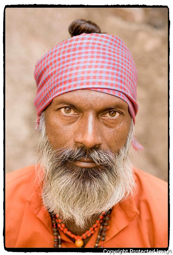 Inde- Orcha, charmeur de serpents.