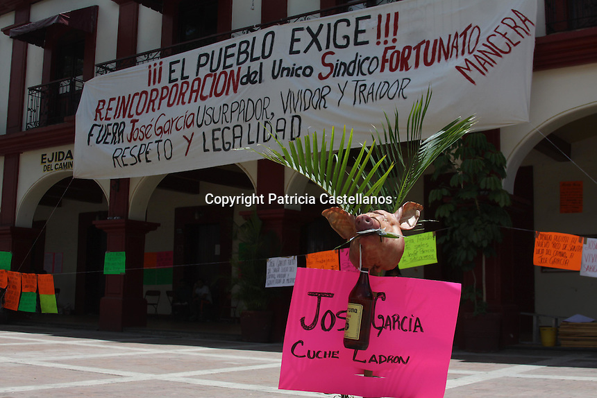 Oaxaca de Ju&aacute;rez, Oax. 24/06/2015.- Desde temprana hora de este mi&eacute;rcoles, colonos de Santa Lucia del Camino, se manifestaron en la explanada del Ayuntamiento, exigiendo la reincorporaci&oacute;n de Fortunato Manuel Mancera Mart&iacute;nez como S&iacute;ndico Procurador de ese municipio, argumentando que Jos&eacute; Rogelio Garc&iacute;a Mart&iacute;nez, usurpa este cargo actualmente en dicha localidad.<br /> <br />  <br /> <br /> En este sentido, Mancera Mart&iacute;nez quien encabezo esta protesta en conjunto con vecinos de este municipio, se&ntilde;al&oacute; que Garc&iacute;a Mart&iacute;nez se ha valido de intereses oscuros y perversos, tanto econ&oacute;micos como personales para usurpar el cargo de S&iacute;ndico Procurador en Santa Lucia, mismo que ha obstaculizado su ingreso al Ayuntamiento, por lo que exigi&oacute; se transparente esta situaci&oacute;n y le sea restituido su puesto como servidor p&uacute;blico en esta localidad.<br /> <br />  <br /> <br /> Es de mencionar que  Jos&eacute; Rogelio usurpa la sindicatura, y utiliza el cargo para realizar negocios personales, e incluso apoyando a su propia familia y sin ning&uacute;n beneficio para el pueblo de Santa Lucia del Camino, afirm&oacute;.<br /> <br />  <br /> <br /> Cabe destacar que durante esta protesta, los colonos tomaron el palacio municipal de Santa Lucia, y colocaron cartulinas, y mantas con consignas, as&iacute; como una cabeza de cerdo con billetes frente a la entrada principal del recinto.