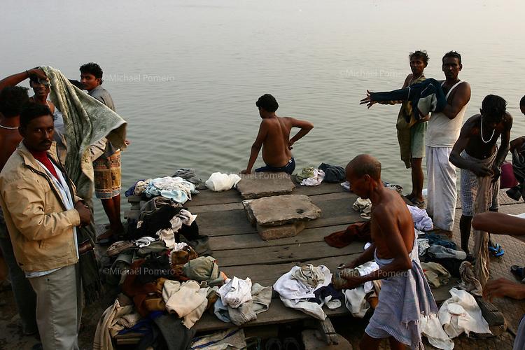 27.11.2008 Varanasi(Uttar Pradesh)<br /> <br /> Men after bath in Ganga river.<br /> <br /> Hommes apres leurs bains dans le Gange.
