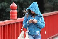 SAO PAULO, SP, 30-05-2014, FRIO. A sexta-feira começou gelada em São Paulo, na foto pedestres se protegem do frio na Rua Galvão Bueno no bairro da Liberadade         Luiz Guarnieri/ Brazil Photo Press.