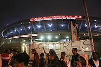 SAO PAULO, SP, 05.10.2013 - CAMP. BRASILEIRO - SAO PAULO X VITORIA - Torcedores do Sao Paulo apoiam a equipe antes da partida contra o vitoria na porta do Estadio Cicero Pompeu de Toledo (Morumbi) na noite deste sabado, 05. (Foto: William Volcov / Brazil Photo Press).
