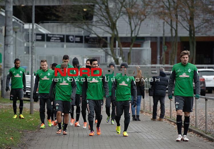17.12.2013, Trainingsgelaende, Bremen, GER, 1.FBL, Training Werder Bremen, im Bild Die Spieler auf dem Weg zum Platz<br /> <br /> Foto &copy; nordphoto / Frisch