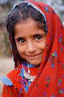 INDIEN Madhya Pradesh , Adivasi Maedchen aus Rajasthan / INDIA Madhya Pradesh , Adivasi girl from Rajasthan