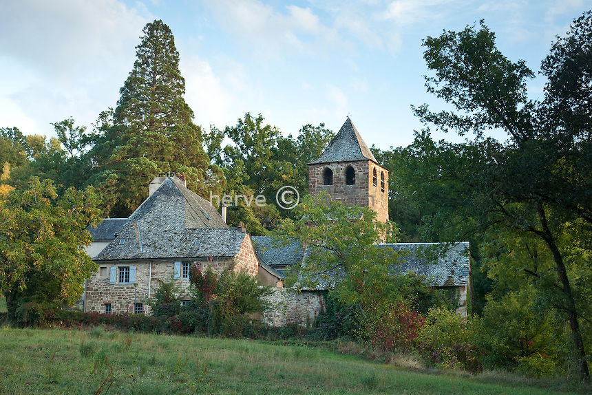 France, Aveyron (12), vallée du Lot, Bessuéjouls, étape sur le chemin Saint-Jacques-de-Compostelle, église Saint-Pierre, édifice en grès rose du XVIe siècle // France, Aveyron, Lot valley, Bessuéjouls, step  on el Camino de Santiago, church of St Pierre