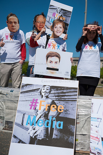 Zum Tag der Pressefreiheit, am Samstag den 3. Mai 2014, hat die Europaeische Buergerinitiative fuer Medienpluralismus vor dem Bundeskanzleramt eine Kundgebung fuer Pressefreiheit und Medienpluralismus abgehalten.<br />Mit der Aktion sollte an die Notwendigkeit der Presse- und Meinungsfreiheit in Deutschland und Europa erinnert werden. &quot;Ohne freie Medien kann es keine wirkliche Demokratie geben&quot; so eine Sprecherin der Initiative.<br />In Deutschland wird die Kampagne unter anderem unterstuetzt vom Deutschen Journalisten-Verband (DJV), der Deutschen Journalistinnen- und Journalisten-Union (DJU) in ver.di und dem Netzwerk fuer Osteuropa-Berichterstattung (n-ost). Die Initiative hat das Ziel europaweit eine Millionen Unterschriften zu sammeln, um einen Gesetzgebungsentwurf fuer eine bessere Einhaltung der Medienpluralitaet, der Presse- sowie der Meinungsfreiheit an die EU-Kommission zu stellen.<br />Im Bild: Die Kundgebungsteilnehmer tragen Masken mit den Gesichtern von Mediengroessen wie Rupert Murdoch (2.vl.) Bundeskanzlerin Angela Merkel (3.vl.), dem russischen Praesident Wladimir Putin, dem verurteilten italienischen ex-Praesident Silvio Berlusconi (1.vl.), dem englischen Premierminister David Cameron (1.vr.), dem franzoesischen Regierungschef Francoise Hollande und dem franzoesischen ex-Premier Nicola Sarkozy.<br />3.5.2014, Berlin<br />Copyright: Christian-Ditsch.de<br />[Inhaltsveraendernde Manipulation des Fotos nur nach ausdruecklicher Genehmigung des Fotografen. Vereinbarungen ueber Abtretung von Persoenlichkeitsrechten/Model Release der abgebildeten Person/Personen liegen nicht vor. NO MODEL RELEASE! Don't publish without copyright Christian-Ditsch.de, Veroeffentlichung nur mit Fotografennennung, sowie gegen Honorar, MwSt. und Beleg. Konto: I N G - D i B a, IBAN DE58500105175400192269, BIC INGDDEFFXXX, Kontakt: post@christian-ditsch.de]