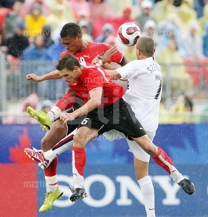 Fussball International U 20 WM  Viertelfinale Oesterreich - USA Rubin OKOTIE (AUT,hinten) und Michael STANISLAW (AUT,vorne) gegen Danny SZETELA (USA;re)