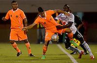 ENVIGADO -COLOMBIA-26-04-2015. John Edisson HernAndez (Izq) de Envigado FC disputa el balón con Deiver Machado (Der) de Millonarios durante partido por la fecha 17 de la Liga Águila I 2015 realizado en el Polideportivo Sur de la ciudad de Envigado./ John Edisson HernAndez (L) of Envigado FC fights for the ball with Deiver Machado (R) of Millonarios during match for the 17th date of the Aguila League I 2015 at Polideportivo Sur in Envigado city.  Photo: VizzorImage/León Monsalve/STR