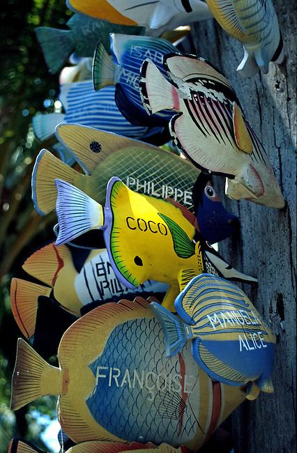 Rihiveli (atoll sud de Male), souvenirs. *** Rihiveli (south Male atoll), souvenirs shop.