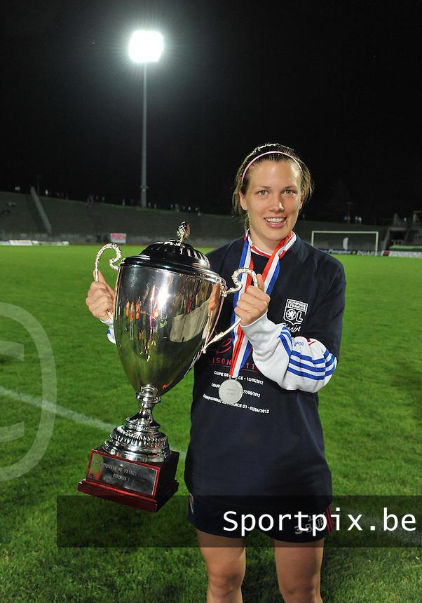 Football Club Feminin Juvisy Essonne - Olympique Lyon :.Lara Dickenmann met de Titel en bijhorende beker.foto DAVID CATRY / JOKE VUYLSTEKE / Vrouwenteam.be