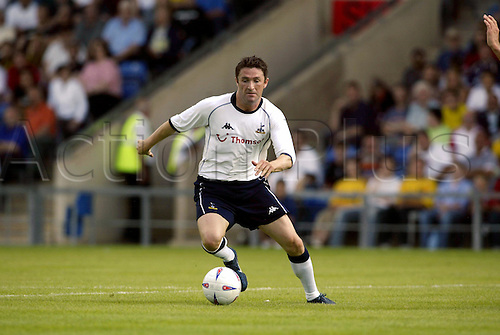 20th July 2003: ROBBIE KEANE running with the ball, Oxford United 0 v TOTTENHAM HOTSPUR 3, Pre-Season Friendly, Kassam Stadium. Photo: Glyn Kirk/Action Plus...2003 .Soccer Football.Footballer footballers player players .030720