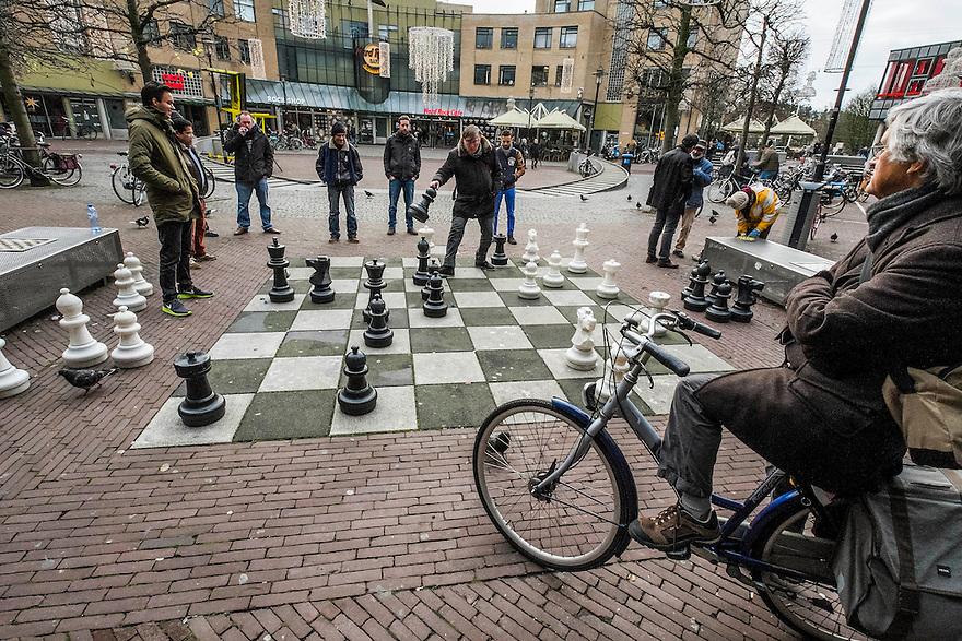 Nederland, Amsterdam, 13 dec 2014<br /> Schaakspel op straat op het Max Euweplein nabij het Leidseplein. <br /> Foto: (c) Michiel Wijnbergh
