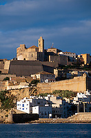 Spanien, Balearen, Ibiza, Blick auf Altstadt und Burg in Eivissa