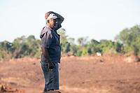 BRUMADINHO, MG, 01.02.2019: ROMPIMENTO DA BARRAGEM EM BRUMADINHO. Pai de vitima lamenta desaparecimento do filho no local de rompimento da barragem da Mineradora Vale, em Corrego do Feijao-Brumadinho, região metropolina de Belo Horizonte, MG, na manhã desta sexta feira (01) (foto Giazi Cavalcante/Codigo19)