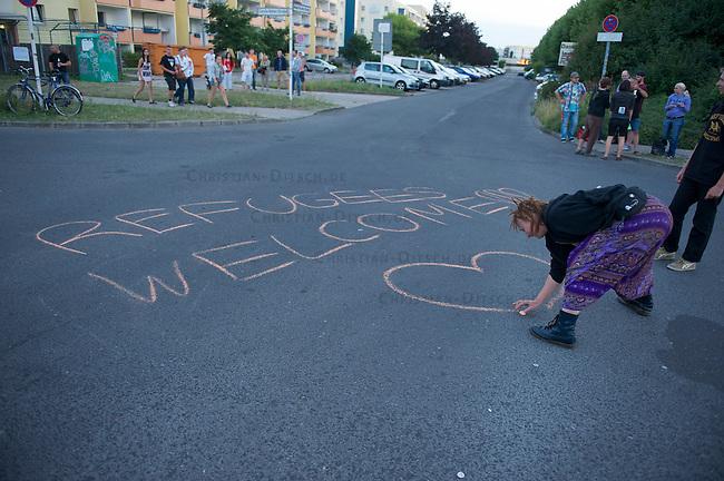 Die Neonazipartei NPD hielt am Samstag den 24. August 2013 in Berlin Hellersorf mit ca 120 Teilnehmern eine Kundgebung gegen eine Fluechtlingsunterkunft ab.<br />Etwa 750 Menschen protestierten lautstark gegen die NPD.<br />Die Polizei nahm mehrere Gegendemonstranten fest.<br />Im Bild: Nach Ende der NPD-Versammlung trafen sich etliche Gegendemonstranten vor dem Fluechtlingsheim um es vor den Neonazis zu schuetzen.<br />24.8.2013, BerlinCopyright: Christian Ditsch/version-foto.de<br />[Inhaltsveraendernde Manipulation des Fotos nur nach ausdruecklicher Genehmigung des Fotografen. Vereinbarungen ueber Abtretung von Persoenlichkeitsrechten/Model Release der abgebildeten Person/Personen liegen nicht vor. NO MODEL RELEASE! Don't publish without copyright Christian Ditsch/version-foto.de, Veroeffentlichung nur mit Fotografennennung, sowie gegen Honorar, MwSt. und Beleg. Konto:, I N G - D i B a, IBAN DE58500105175400192269, BIC INGDDEFFXXX, Kontakt: post@christian-ditsch.de.<br />Urhebervermerk wird gemaess Paragraph 13 UHG verlangt.]