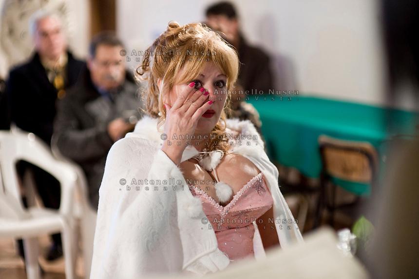 Marioara Dadiloveanu si commuove durante il suo matrimonio al comune di Nemi.