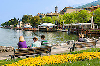 Italy, Veneto, Lake Garda, Torri del Benaco: small harbour at East Bank of Lake Garda, seaside promenade | Italien, Venetien, Gardasee, Torri del Benaco: kleiner Hafen am Ostufer des Gardasees, Seepromenade
