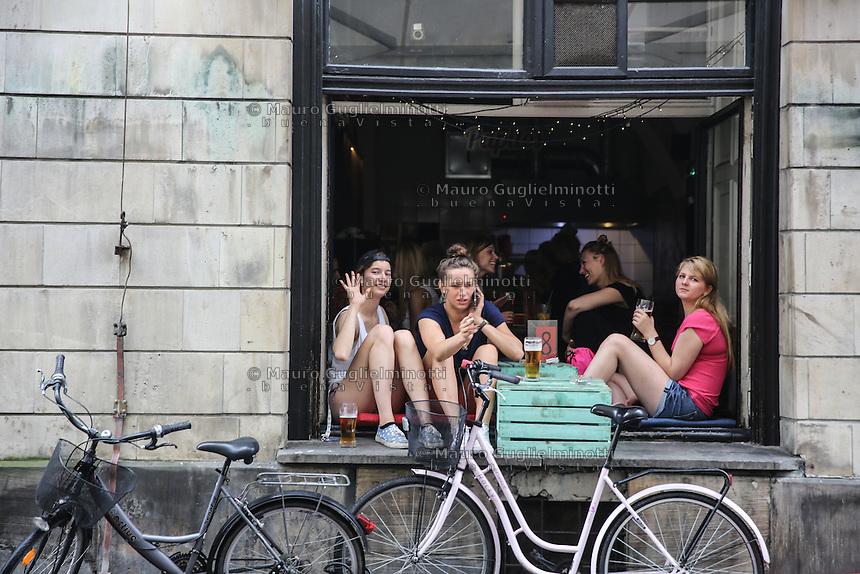 World Youth day Krakow 2016<br /> ragazze sedute su una finestra salutano e bevono birra