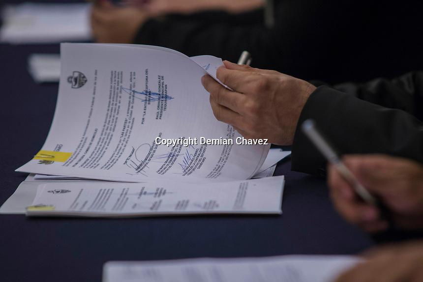 Quer&eacute;taro, Qro. 19 de julio de 2017.- Esta ma&ntilde;ana se llev&oacute; acabo la firma de convenios DECLARANET PLUS y la entrada en vigor de las leyes anticorrupci&oacute;n, que adem&aacute;s de ser una ordenanza nacional, en el estado se realiza un apunte importante en la colaboraci&oacute;n de los tres formas de gobierno.<br /> <br /> La firma fue hecha por los presidentes municipales, as&iacute; como la diputada Mar&iacute;a del Carmen Z&uacute;&ntilde;iga presidenta de la mesa directiva de las 58 legislatura, la magistrada Consuelo Rosillo Garfias presidenta del tribunal superior de justicia.<br /> <br /> Foto: Demian Ch&aacute;vez