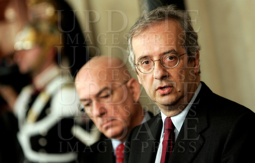 Il segretario del Partito Democratico Walter Veltroni, affiancato dal capogruppo alla Camera Antonello Soro, a sinistra, incontra i giornalisti al termine delle consultazioni col Capo dello Stato al Quirinale, Roma, 29 gennaio 2008, sulla crisi di governo..Secretary of the Democratico Party Walter Veltroni, flanked by head of Deputies Antonello Soro, left, talks to reporters at the end of his consultations with Italy's Head of State at the Quirinale Presidential Palace in Rome, 29 january 2008 on government's crisis..UPDATE IMAGES PRESS/Riccardo De Luca