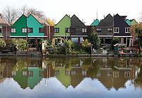 Nederland Zaandam 2018. Rijtjeshuizen met tuin aan het water.  Foto Berlinda van Dam / Hollandse Hoogte