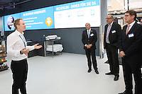 Filialleiter Moritz Kamp führt durch die neue Filiale