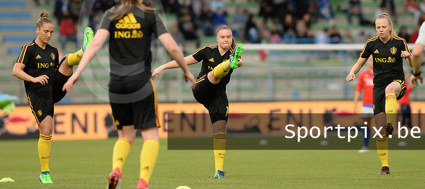 20180410 - FERRARA , ITALY : Belgian Maud Coutereels , Davinia Vanmechelen and Sarah Wijnants (r) pictured during warming up ahead of the female soccer game between Italy and the Belgian Red Flames , the fifth game in the qualificaton for the World Championship qualification round in group 6 for France 2019, Tuesday 10 th April 2018 at Stadio Paolo Mazza / Stadio Comunale in Ferrara , Italy . PHOTO SPORTPIX.BE | DAVID CATRY