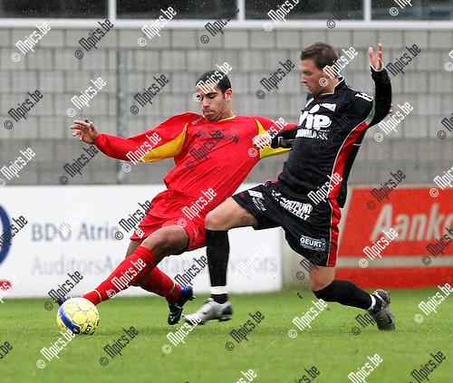 2008-10-05 / Voetbal / Kapellen FC - Veldwezelt / Hamza Rizki (L, Kapellen) in duel met Henke..Foto: Maarten Straetemans (SMB)