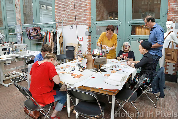 Nederland  Amsterdam 2016. Ambacht In Beeld in de Hallen. Met filmvertoningen, workshops, lezingen, demonstraties en masterclasses is het Ambacht in Beeld Festival hét festival over ambacht. Het festival richt zich op topambachten, vakmanschap en meesterschap. Workshop van het Leerlokaal. Foto Berlinda van Dam / Hollandse Hoogte