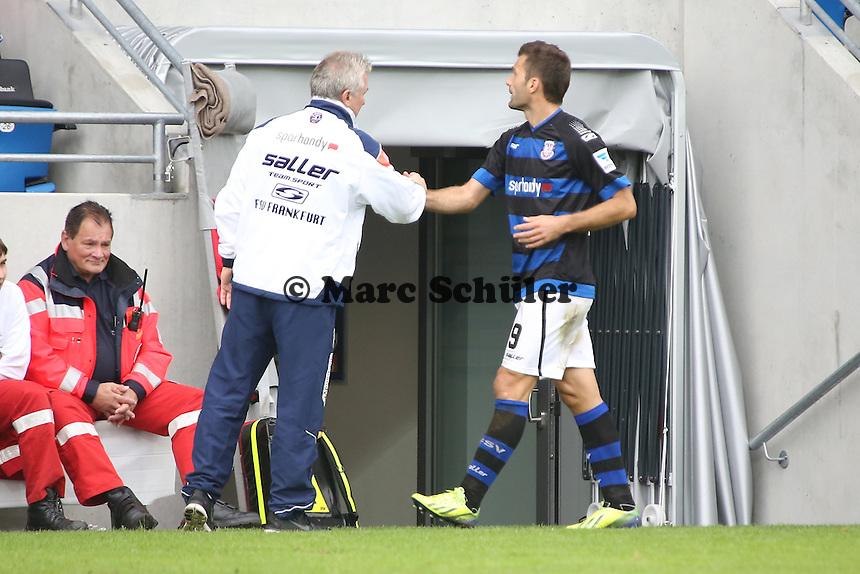 Edmond Kapllani (FSV) geht,und klatscht mit Benno Möhlmann ab - FSV Frankfurt vs. FC Erzgebirge Aue, Frankfurter Volksbank Stadion