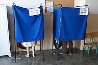 Atene,17 giugno 2012 elezioni politiche nazionali: un uomo e una donna nelle cabine elettorali in un seggio della citt&agrave;.<br /> Athens, June 17, 2012 national elections, voting<br /> Ath&egrave;nes, Juin 17, 2012 &eacute;lections nationales, les bureaux de vote