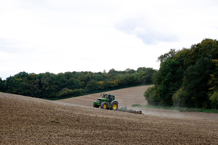 Photo: Richard Lane/Richard Lane Photography..A John Deere 6930 cultivating with a Wiberg spring tine cultivator prepares a seedbed near Little Missenden in the Chiltern Hill South Buckinghamshire. 29/09/2008.