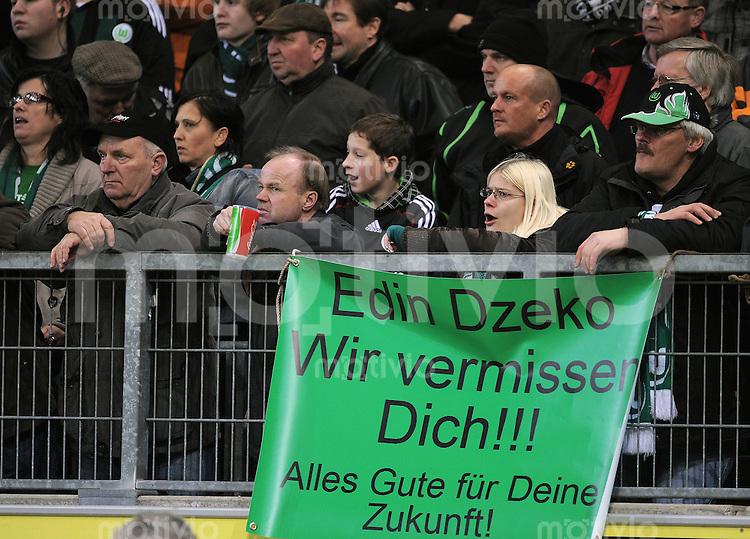 FUSSBALL   1. BUNDESLIGA   SAISON 2010/2011  18. SPIELTAG    15.01.2010 VfL Wolfsburg - FC Bayern Muenchen VfL Wolfsburg Fans mit eine Plakat fuer Edin Dzeko: Wir vermissen Dich!!!  Alles Gute fuer Deine Zukunft!