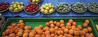 Europe/France/Rhône-Alpes/69/Rhône/Lyon: Fruits de l'Ardèche sur la marché du quai de Saône