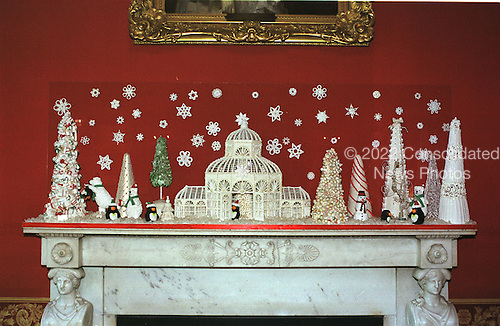 """Washington, DC - December 4, 2000 -- This edible mantelpiece in the Red Room of the White House in Washington, D.C. on December 4, 2000 was created by New York cake artist Colette Peters.  It is a depiction of the 1998 White House Christmas theme """"Winter Wonderland""""..Credit: Ron Sachs - CNP"""
