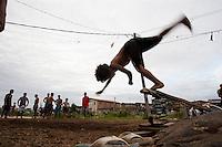 Palafitas e favelas no bairro da Terra Firme.<br /> Crianças brincam com equipamento improvisado de exercíciio.<br /> No bairro da Terra Firme um dos mais pobres com o maior índice de violência do estado.<br /> 01/06/2011.<br /> Belém, Pará, Brasil.<br /> Foto Paulo Santos