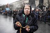 Maria, 72, aus Lviv, ist seit letzter Woche jeden Tag hier um zu trauern und um für die Toten zu beten.