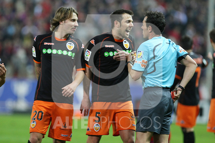 Valencia's Alexis Ruano (l) and Carlos Marchena (r) have words with the referee Alfonso Perez Burrull during La Liga match.(ALTERPHOTOS/Acero)