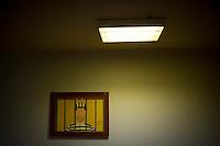 *** Hinweis: Dieses Bild ist Teil der Fotostrecke Jugendarrestanstalt Berlin-Lichtenrade  ****Berlin,Ein Bild auf dem ein Mann hinter Gittern steck haengt am Freitag (03.05.13) im Gebaeude der Jugendarrestanstalt Berlin-Lichtenrade an einer Wand. Die Jugendarrestanstalt Berlin-Lichtenrade hat ihre Tueren, zu einem Tag der offenen Tuer, fuer die Oeffentlichkeit geoeffnet. Foto: Timur Emek/CommonLens
