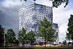 UTRECHT - Op het Utrechtse universiteitsterrein Utrecht Science Park (De Uithof) wordt de laatste hand gelegd aan het door bouwbedrijf Waal uit Vlaardingen gebouwde studentencomplex Johanna. Hoewel de naam verwijst naar de omliggende Johannapolder, ontwierp het Groningse architectenbureau Onix het gebouw eigenlijk als een Student Cloud, waarbij de blauwe en witte tegels van Tichelaar uit Makkum de wolk illustreert. De 19 etages hoge studententoren moet deze maand langzaam vollopen met studenten en biedt daarvoor 655 kamers. COPYRIGHT TON BORSBOOM