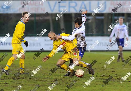 2011-12-18 / Voetbal / seizoen 2011-2012 / KSK Heist - Sp. Sint-Niklaas / Yusuf Özcan (r, Heist) zet een bezoeker onder druk..Foto: Mpics.be