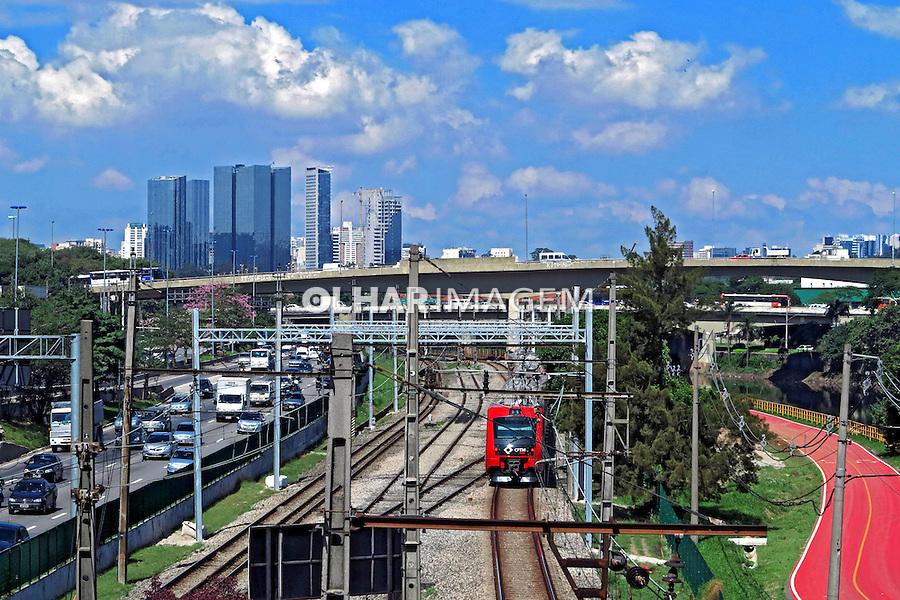 Ciclovia, Ferrovia e Marginal Pinheiros. Sao Paulo. 2012. Foto de Juca Martins.