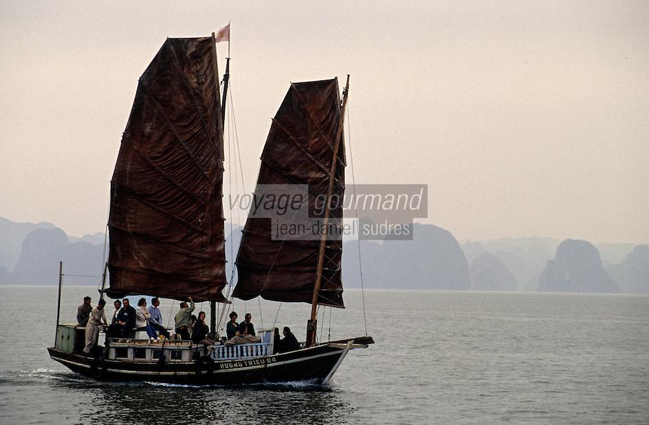 Asie/Vietnam/Baie d'Halong: Jonque Sampan aux voiles rouges dans la baie
