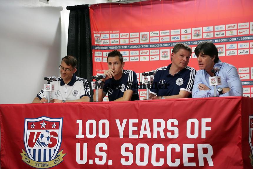 Miroslav Klose (D), Pressesprecher Jens Grittner und Bundestrainer Joachim Loew - Pressekonferenz Jogi Löw in Washington, RFK Stadium