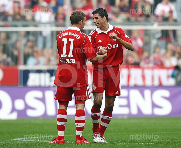 Fussball 1. Bundesliga Saison 2006/2007    7. Spieltag           Bayern Muenchen - Hertha BSC Berlin Lukas PODOLSKI (links) gratuliert Roy MAKAAY (rechts, beide Bayern) zu seinem Trefferr zum 1:0.