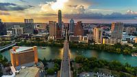 Vista area del horizonte de Austin mientras los observadores y turistas llena el puente de la avenida de Congress para mirar como toman vuelo los murciélagos mientras las embarcaciones acuáticas se reúnen en el lago Lady Bird para ver el espectáculo nocturno de murciélagos