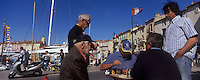 Europe/Provence-Alpes-Côte d'Azur/83/Var/Saint-Tropez : Tropéziens lors d'une partie d'échecs sur le port [Non destiné à un usage publicitaire - Not intended for an advertising use]